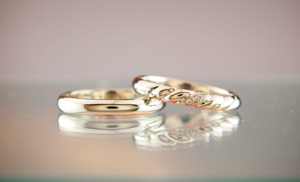 シンプルな指輪とツイストが特徴な結婚指輪