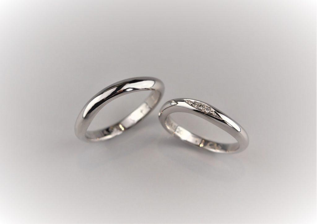奥様のリングには外石でダイヤを3つ