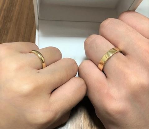 幸せそうに指輪を着けるふたり