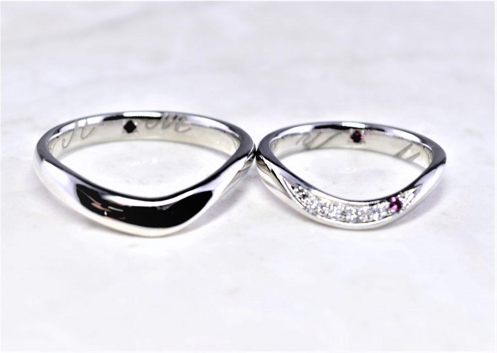 婚約指輪と重ね付けできるデザインリング