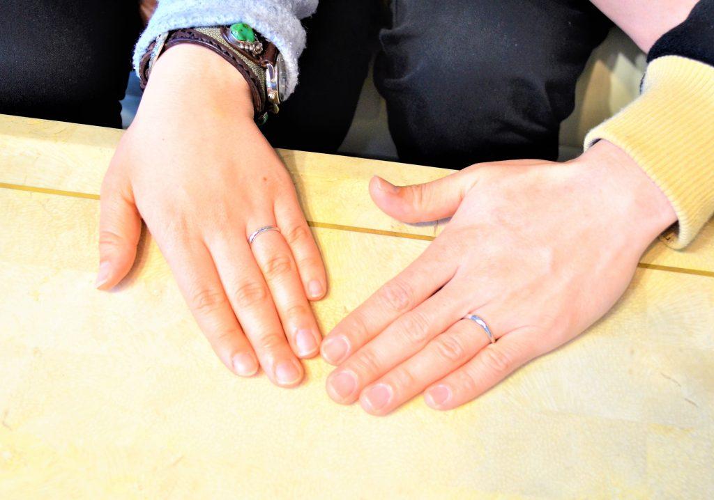 完成した指輪を手に付けて記念写真