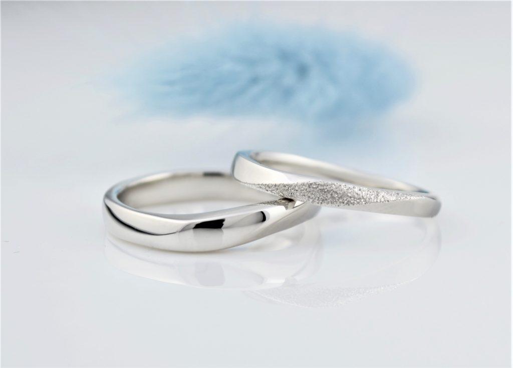 ひねりが特徴的な結婚指輪