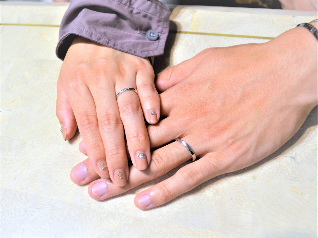 完成した結婚指輪を初めてつけた瞬間